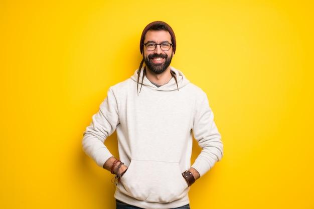 Homme hippie avec des dreadlocks souriant avec une douce expression