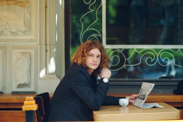 Homme hipster, boire du café pendant la lecture
