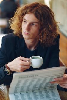 Homme hipster, boire du café tout en pensant à l'avenir