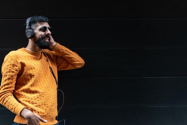 Homme hipster écoutant de la musique sur un casque
