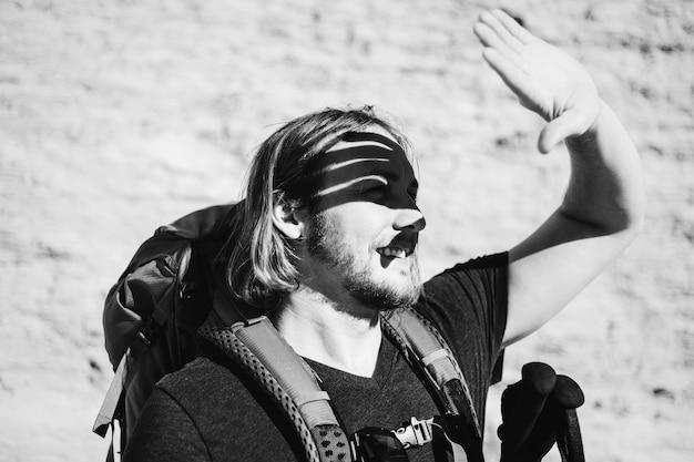 Homme de hipster voyageant avec sac à dos