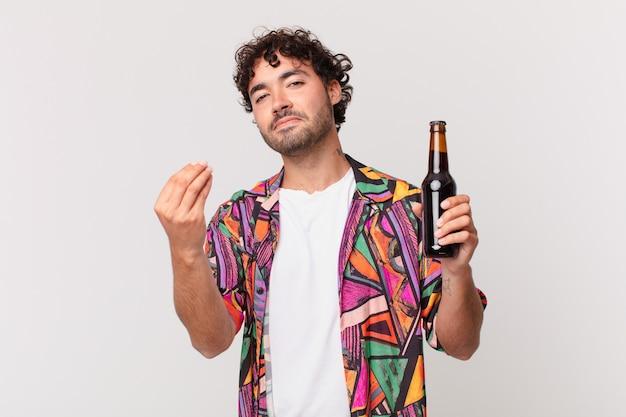 Homme hispanique avec de la bière faisant capice ou geste d'argent, vous disant de payer vos dettes!