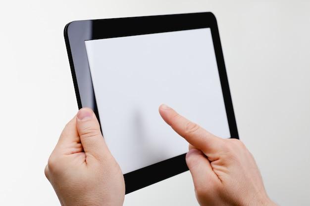 Homme hoding cadre tablette noir à la main