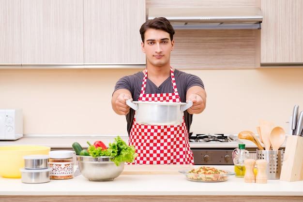Homme homme cuisinier préparant un repas dans la cuisine