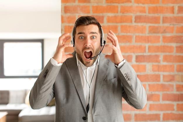 Homme hurlant les mains en l'air, se sentant furieux, frustré, stressé et bouleversé
