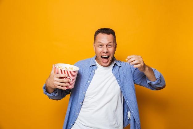 Homme hurlant de manger du pop corn regarder le film à la recherche.