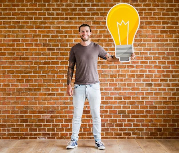 Homme avec une icône d'ampoule