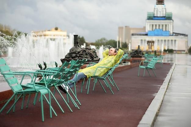 Un homme en imperméable un jour de pluie dans la ville