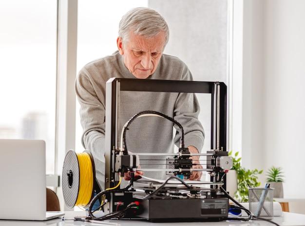 Homme avec imprimante 3d
