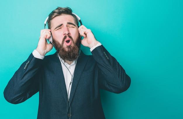 Un homme incroyable écoute de la musique avec de gros écouteurs