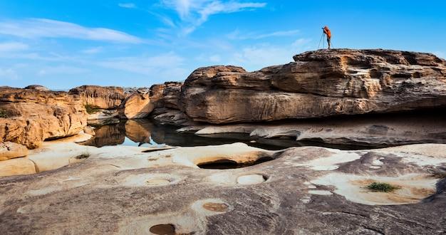 Un homme indépendant prend une photo sur le grand canyon à la rivière mekhong, hat chom dao