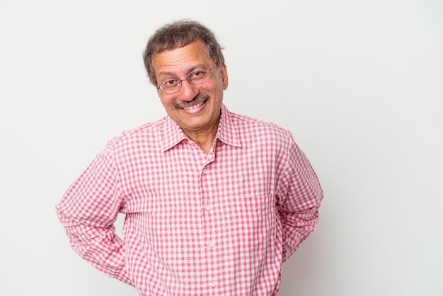Homme indien d'âge moyen isolé sur fond blanc heureux, souriant et joyeux.