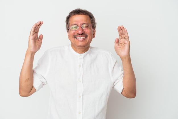Homme indien d'âge moyen isolé sur fond blanc joyeux riant beaucoup. notion de bonheur.