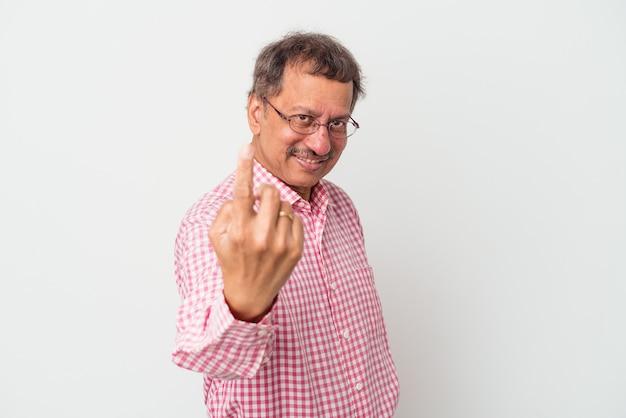Homme indien d'âge moyen isolé sur fond blanc pointant du doigt vers vous comme s'il vous invitait à vous rapprocher.