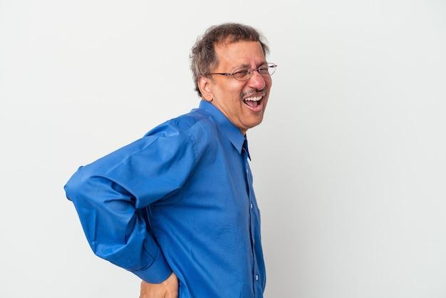 Homme indien d'âge moyen isolé sur fond blanc souffrant d'un mal de dos.