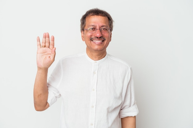 Homme indien d'âge moyen isolé sur fond blanc souriant joyeux montrant le numéro cinq avec les doigts.