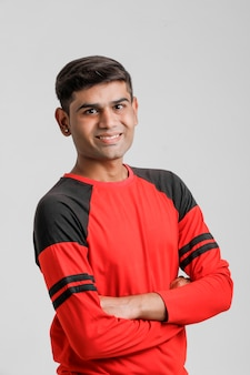 Homme indien / asiatique en chemise rouge et montrant plusieurs expressions sur blanc
