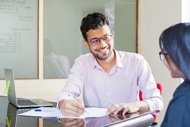 Homme indien dans une banque au service d'un client