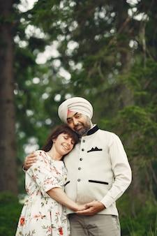Homme indien dans une forêt. mâle dans un turban traditionnel. famille internationale dans une forêt d'été.