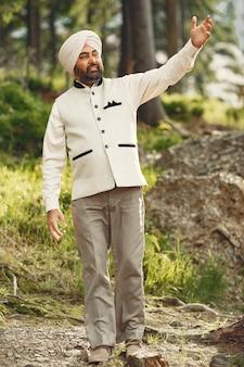 Homme indien dans une montagne. mâle dans un turban traditionnel. hindouiste.