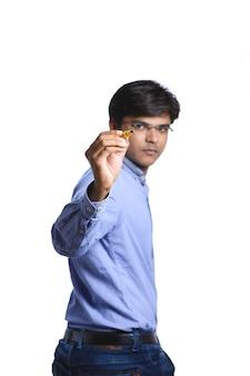 Homme indien avec marqueur et écriture