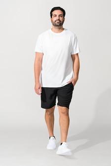 Homme indien portant un t-shirt blanc minimal