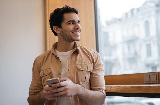 Homme indien réussi à l'aide d'un téléphone intelligent avec application mobile pour commander de la nourriture en ligne