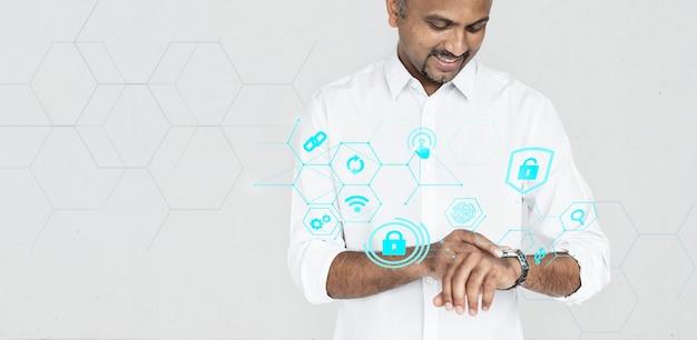 Homme indien vérifiant sa smartwatch