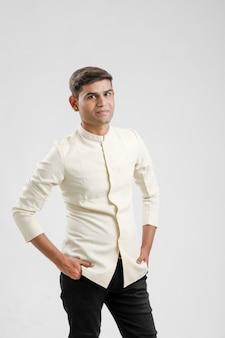 Homme indien en vêtements ethniques