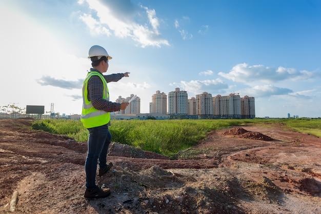 Homme ingénieur travaillant ou vérifiant au chantier de construction
