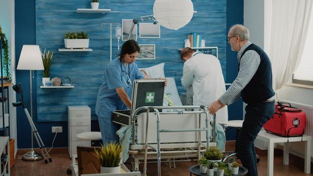 Un homme inquiet demande à l'équipe médicale d'aider une vieille femme malade