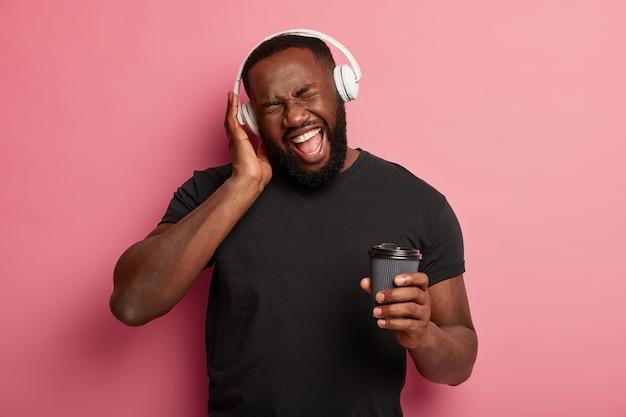 Un homme insouciant émotionnel danse sur la chanson préférée de la liste de lecture