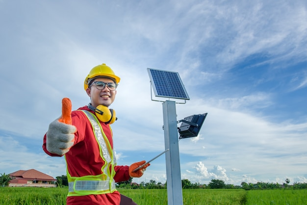 Homme installant des poteaux électriques
