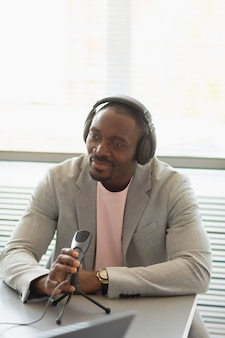 Homme interviewé dans un podcast