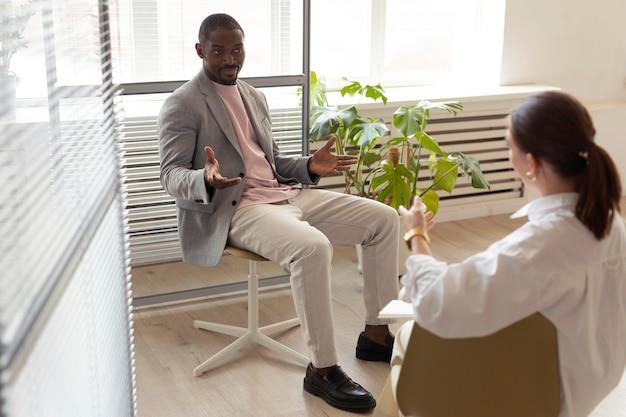 Homme interviewé à l'intérieur par un journaliste