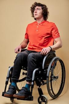Un homme invalide gravement malade ne peut pas marcher, est assis seul sur un fauteuil roulant, se sentant seul et malheureux, espère un rétablissement. portrait