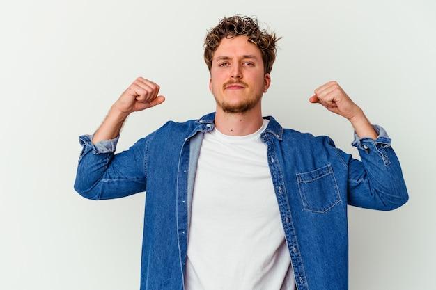 Homme isolé sur blanc montrant le geste de force avec les bras