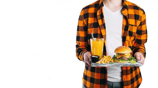 Homme isolé sur blanc tient son déjeuner sur un plateau.