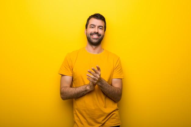 Homme, isolé, jaune, vibrant, couleur, applaudir, après, présentation, dans, a, conférence