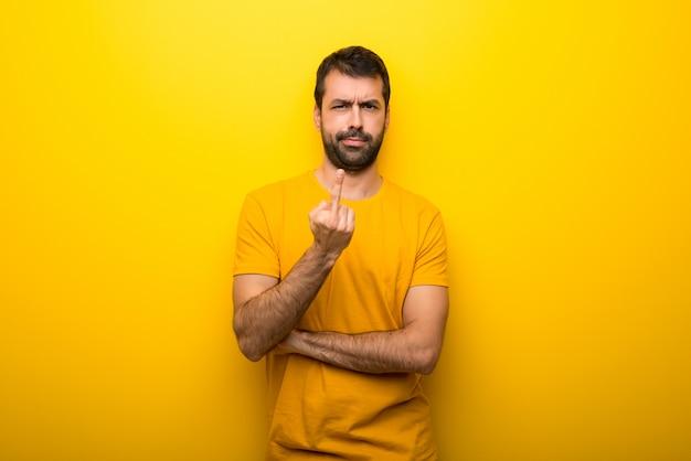 Homme, isolé, jaune, vibrant, couleur, geste, corne