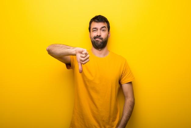 Homme, isolé, jaune, vibrant, couleur, projection, pouce bas, signe, à, expression négative