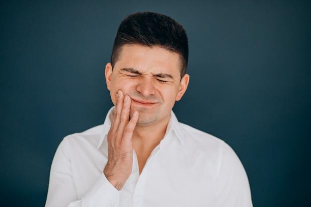 Homme isolé montrant des émotions faciales