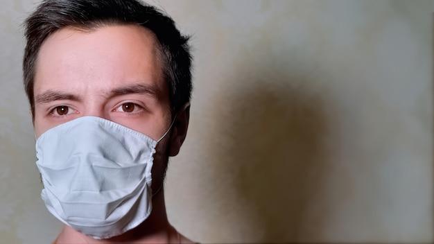 Homme sur l'isolement dans le masque