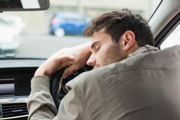 Homme ivre affalé sur le volant