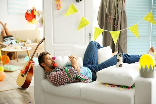 Homme ivre fatigué après la fête à la maison