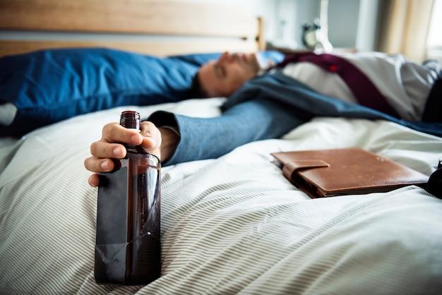 Un homme ivre mourant dans son lit