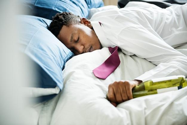 Un homme ivre qui coule dans son lit