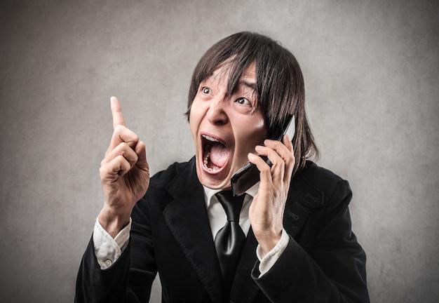Homme japonais criant au téléphone