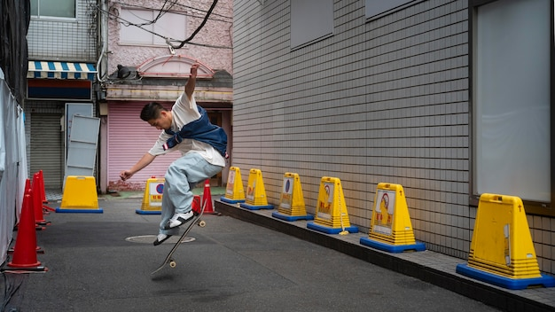 Homme japonais plein coup faisant des tours