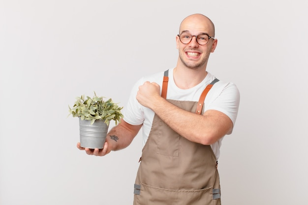 Homme de jardinier se sentant heureux, positif et réussi, motivé face à un défi ou célébrant de bons résultats